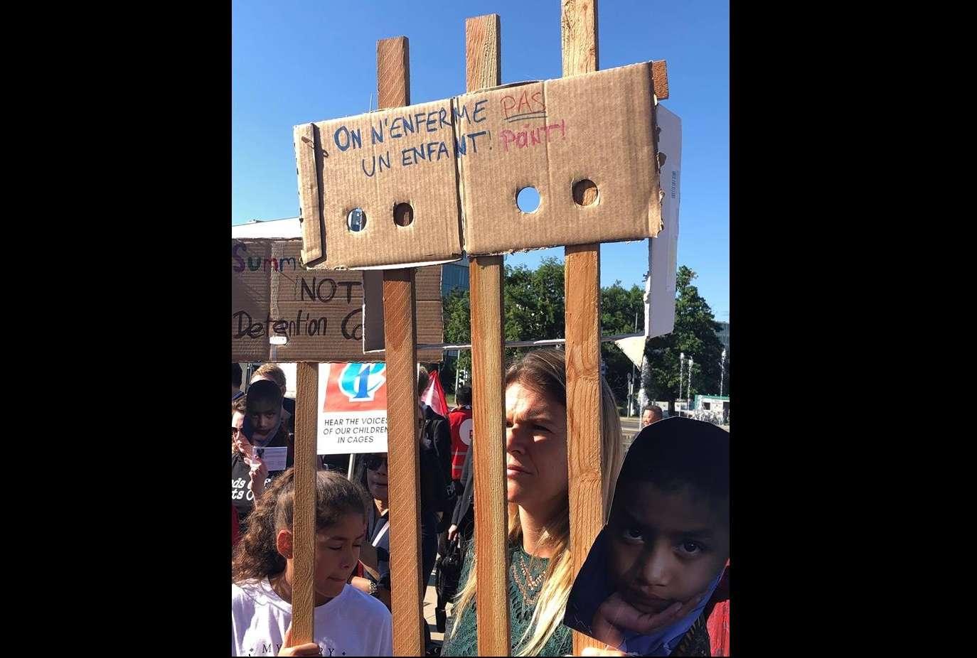 """Líderes de sindicatos educativos de Estados Unidos y México se manifestaron hoy ante la sede europea de la ONU en Ginebra para denunciar bajo el lema """"menos jaulas y más aulas"""" la detención irregular de miles de niños en la frontera entre ambos.EFE"""