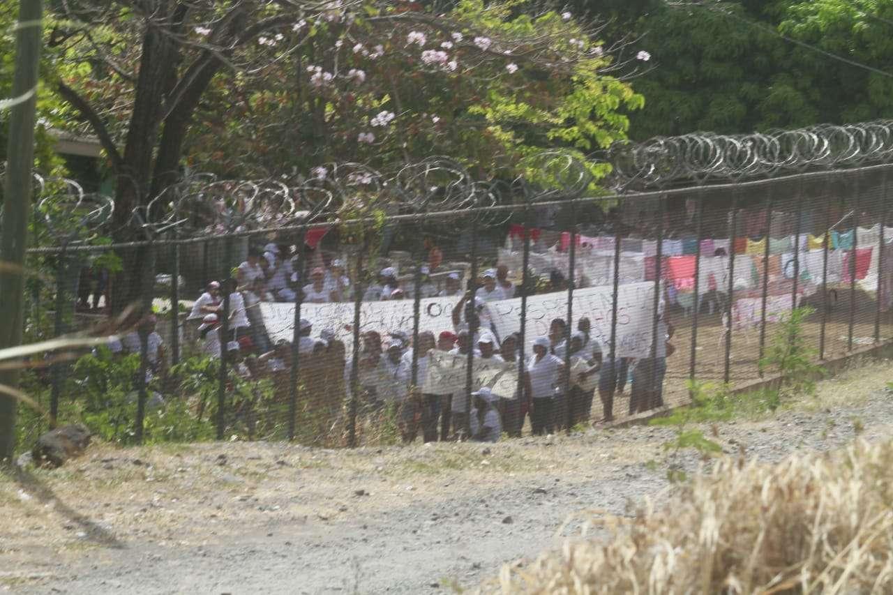 Las mujeres se mantienen protestando desde las 8:00 de la mañana. Foto: Edwards Santos
