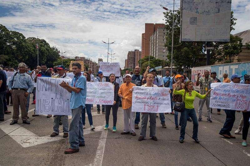 Trabajadores de la empresa estatal de comunicaciones CANTV y de la estatal Corporación Eléctrica Nacional (Corpoelec) protestan para exigir mejoras salariales hoy, miércoles 1 de agosto de 2018, en Caracas (Venezuela). EFE