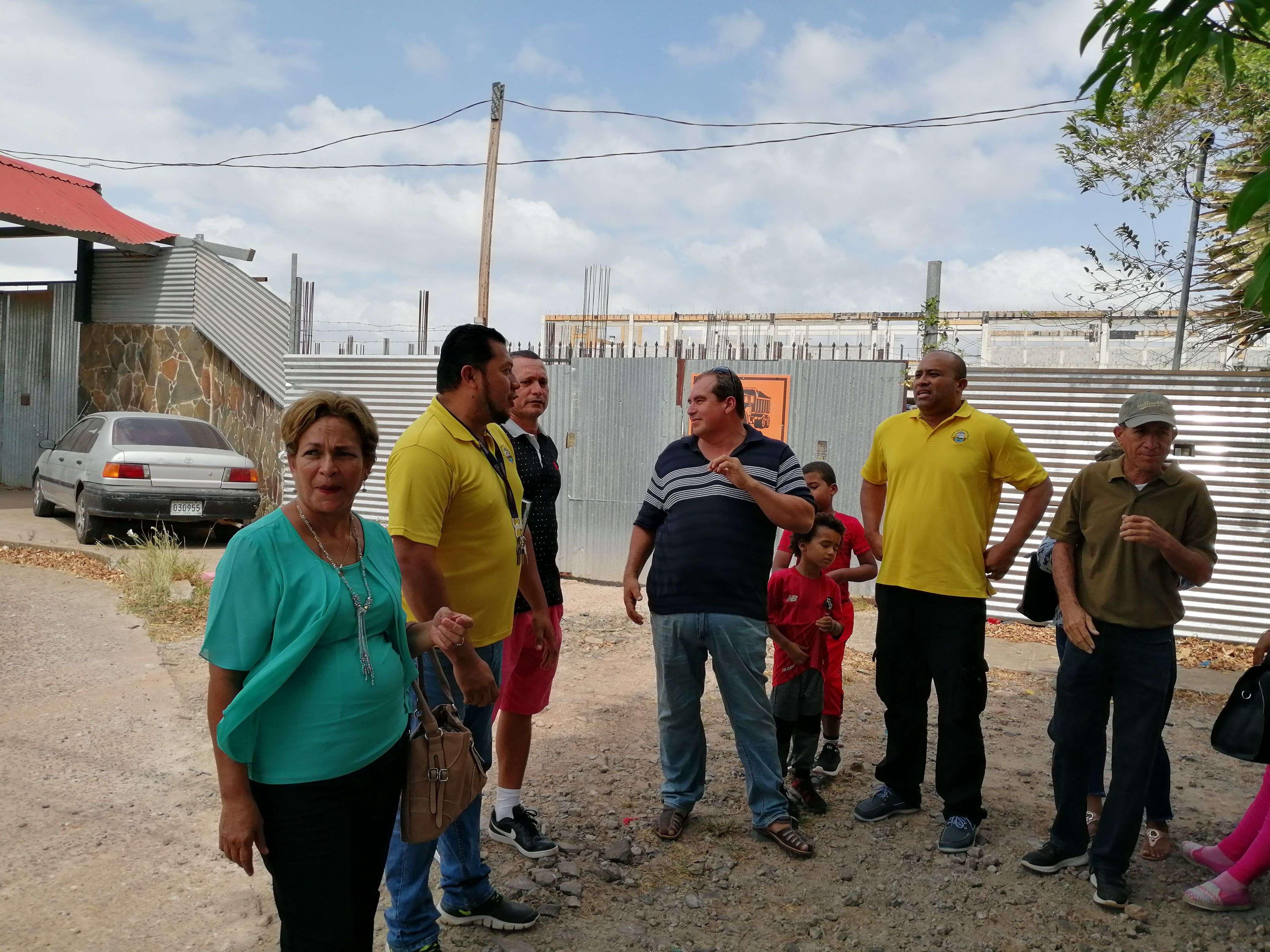 Docentes del CEBG República de Costa Rica a las afueras del proyecto realizan una protesta. Foto: Eric Montenegro