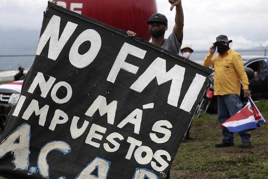 Un hombre participa junto a cientos de personas en una protesta por las inmediaciones del aeropuerto Juan Santamaría, este miércoles, en San José (Costa Rica). EFE