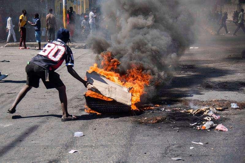 Cientos de personas participan en una protesta este lunes en Puerto Príncipe (Haití). EFE