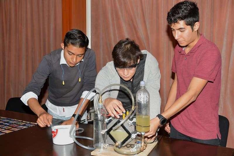 Fotografía cedida por el Instituto Politécnico Nacional (IPN) hoy, que muestra a estudiantes mientras explican un experimento en Ciudad de México (México). EFE/Cortesía IPN