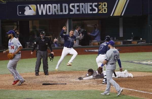 Randy Arozarena anota dramáticamente la carrera del triunfo para los Rays de Tampa Bay. Foto: AP
