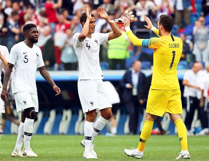 Los jugadores franceses (L-R) Samuel Umtiti, Raphael Varane y el portero Hugo Lloris celebran. Foto EFE