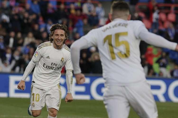 Luka Modric (izq.) celebra con Federico Valverde después de anotar el tercer gol de su equipo. Foto: AP
