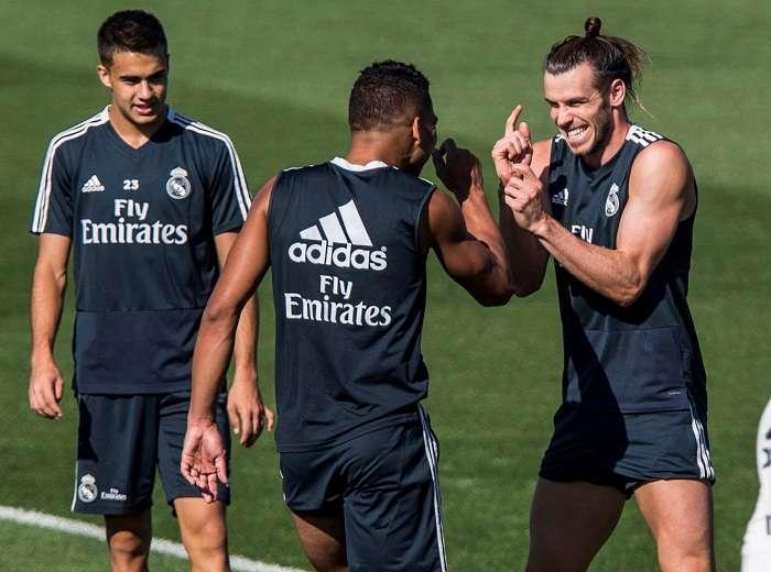 El centrocampista brasileño, Carlos Henrique Casimiro (c espaldas), y delantero galés, Gareth Bale (d) , durante el entrenamiento del Real Madrid esta mañana en la ciudad deportiva de Valdebebas. EFE/Rodrigo Jimenez
