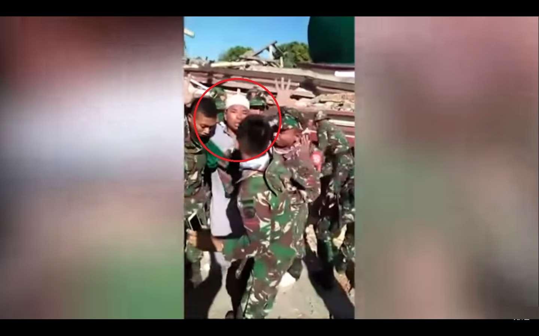 Imagan del video lanzado por el ejército indonesio, un hombre es llevado por militares indonesios después de que lo rescataron el martes de una mezquita derrumbada en el poderoso terremoto del 5 agosto de 2018. AP