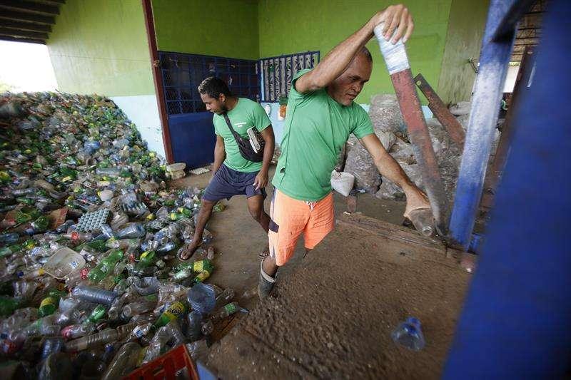 Internos del proyecto de reciclaje cortan plástico para trabajar artesanías en la cárcel La Joyita el 22 de marzo de 2019, a las afueras de Ciudad de Panamá (Panamá). EFE