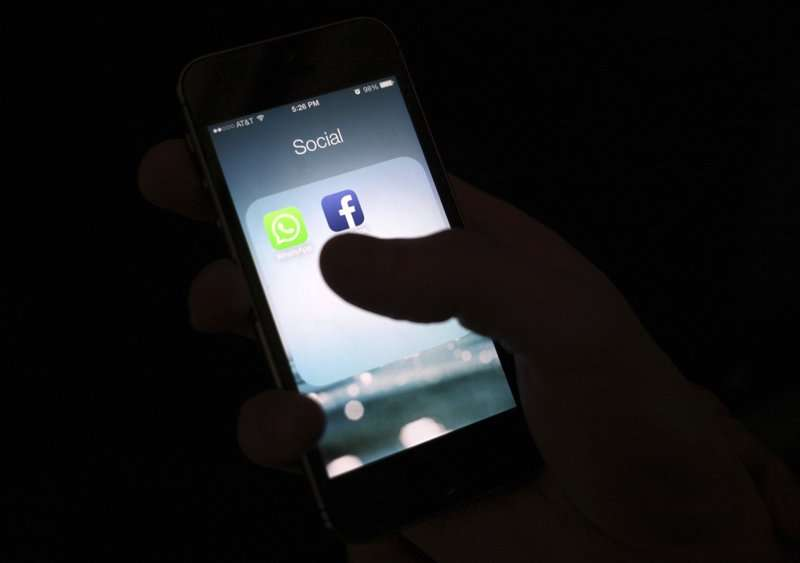 A Facebook todavía se le permite distribuir aplicaciones a través de la tienda de aplicaciones de Apple, aunque Apple las revisa antes de tiempo. AP