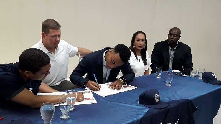 Momento en el que chiricano Reggie Preciado firmó hoy por $1.3 millones con la organización de los Padres de San Diego. Foto: Mayra Madrid