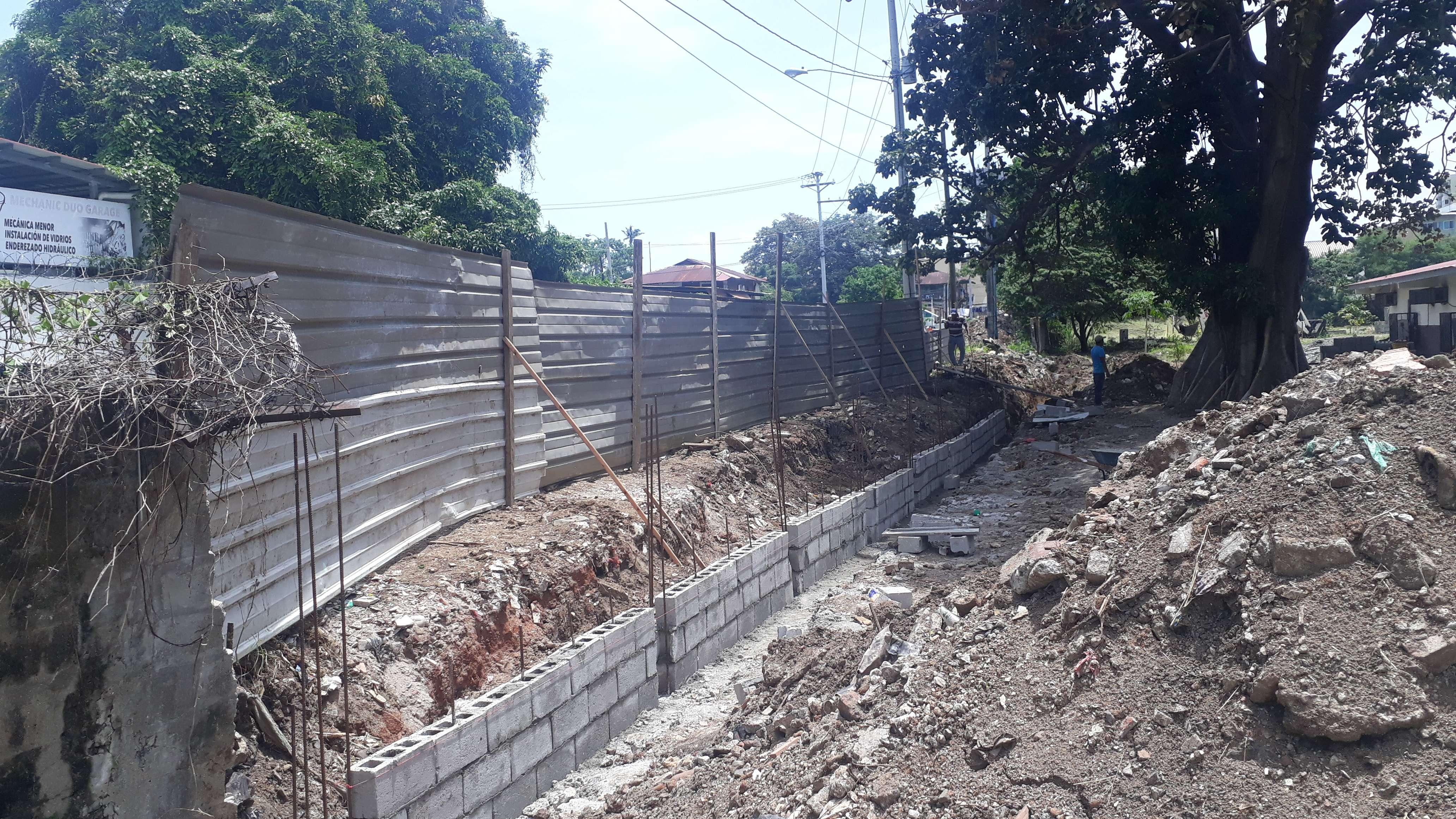 Se adelanta la construcción de una parte de la cerca perimetral que estaba en mal estado. Foto: Jesús Simmons