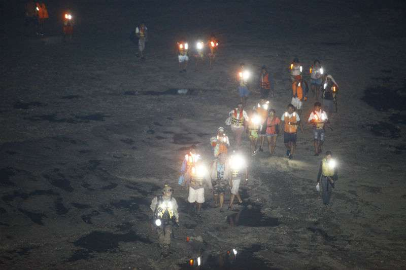 Vista general del desplazamiento de las personas por la bahía de Panamá con la marea baja. Foto: Alexander Santamaría