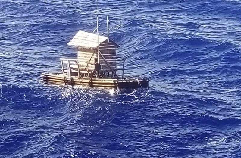 sta foto sin fecha proporcionada por el Consulado Indonesio en Osaka muestra a Aldi Novel Adilang, de 18 años, en una embarcación pesquera cerca de la isla de Guam. (Consulado Indonesio en Osaka via AP)