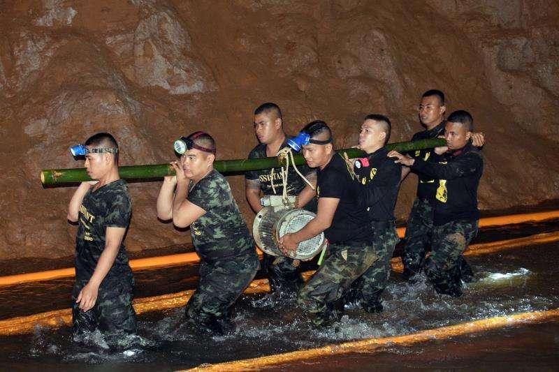 Miembros de un equipo de rescate mientras intentaban drenar el agua de la cueva Tham Luang en Khun Nam Nang Non Forest Park (Tailandia) donde permanecen atrapados 12 menores y un adulto desde hace nueve días. EFE