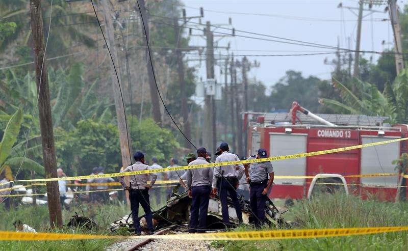 Policías y militares custodian los restos del avión Boeing-737 que se estrelló el pasado viernes 18 de mayo de 2018, poco después de despegar del aeropuerto José Martí de La Habana (Cuba). EFE