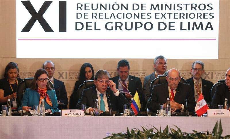 El canciller de Colombia, Carlos Holmes Trujillo (c), junto al viceministro de Relaciones Exteriores de Perú, Hugo de Zela (d), habla durante una reunión del Grupo de Lima para abordar la crisis en Venezuela este lunes. EFE