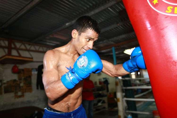 """Ricardo """"El Científico"""" Núñez le pega al saco durante el entrenamiento de hoy sábado. Foto: Anayansi Gamez"""