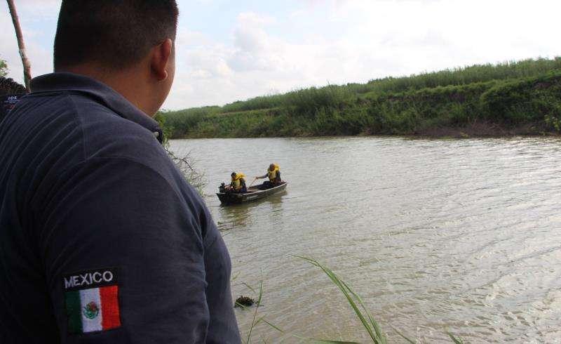 Un rescatista de la Protección Civil mexicana trabaja en la zona donde fueron hallados los cuerpos sin vida de un presunto migrante y su bebé a una orilla del Río Bravo en Matamoros, frontera con EE.UU., en el estado de Tamaulipas (México). EFE