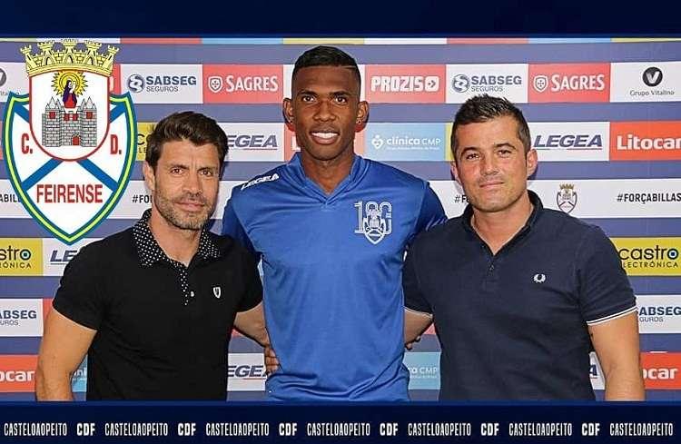 Momento en que Roderick Miller es presentado oficialmente el en C D. Feirense. Foto: Twitter