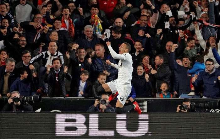 El delantero hispano brasileño del Valencia CF, Rodrigo Moreno, celebra el primer gol de su equipo ante el Real Betis./ Foto: EFE