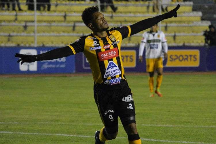 Rolando Blackburn está teniendo una buena temporada en Bolivia.