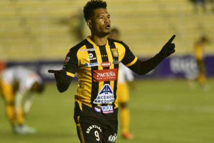 El delantero panameño Rolando Blackburn milita actualmente con el club The Strongest, de Bolivia.