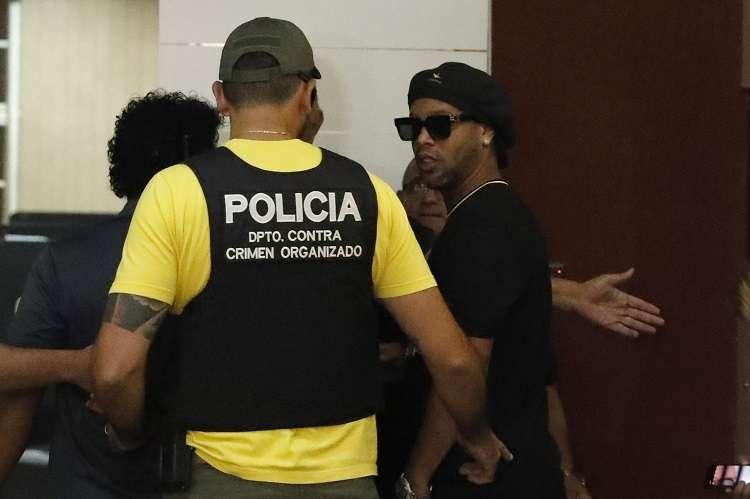 El exastro del fútbol llegó a Asunción el miércoles acompañado de su hermano. Foto: AP