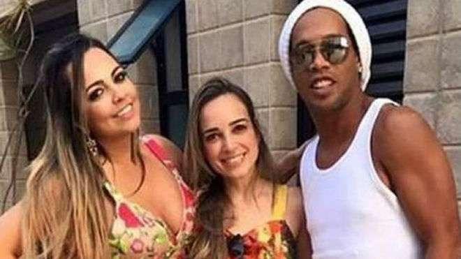 Ronaldinho y su supuesta dos mujeres.