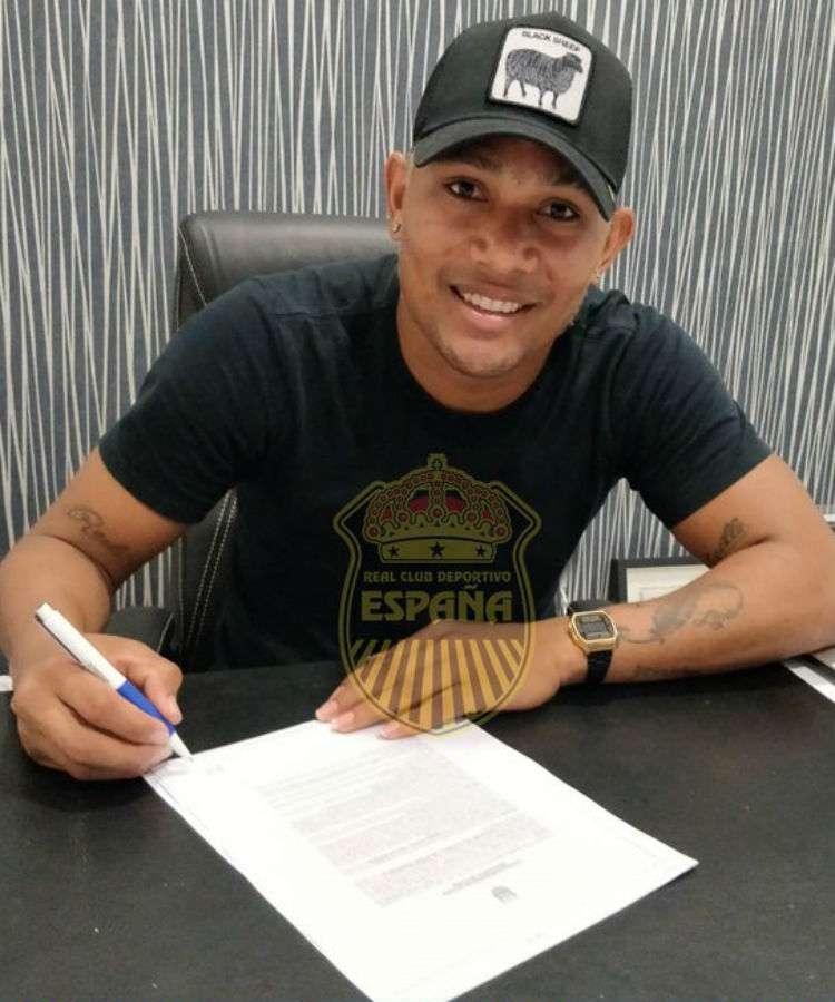 Ronaldo Dinolis al momento de firmar su nuevo contrato con el club Real España. Foto: @rcdespana