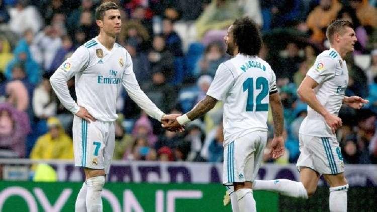 Cristiano Ronaldo besa el balón que Marcelo le ofrece en un partido ante el PSG. Foto: EFE