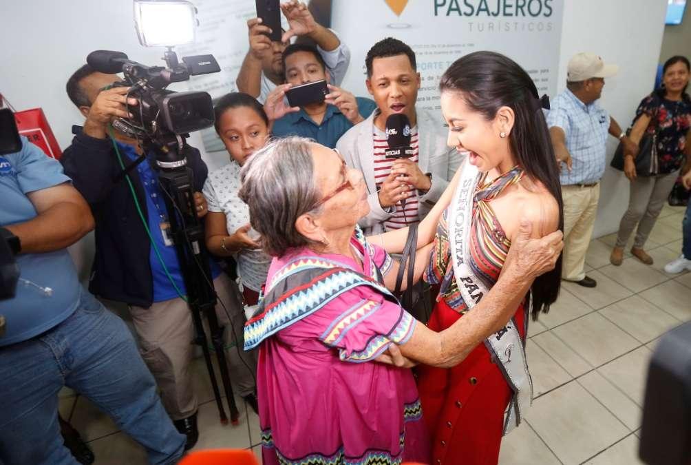 Rosa Iveth Montezuma junto a su abuela