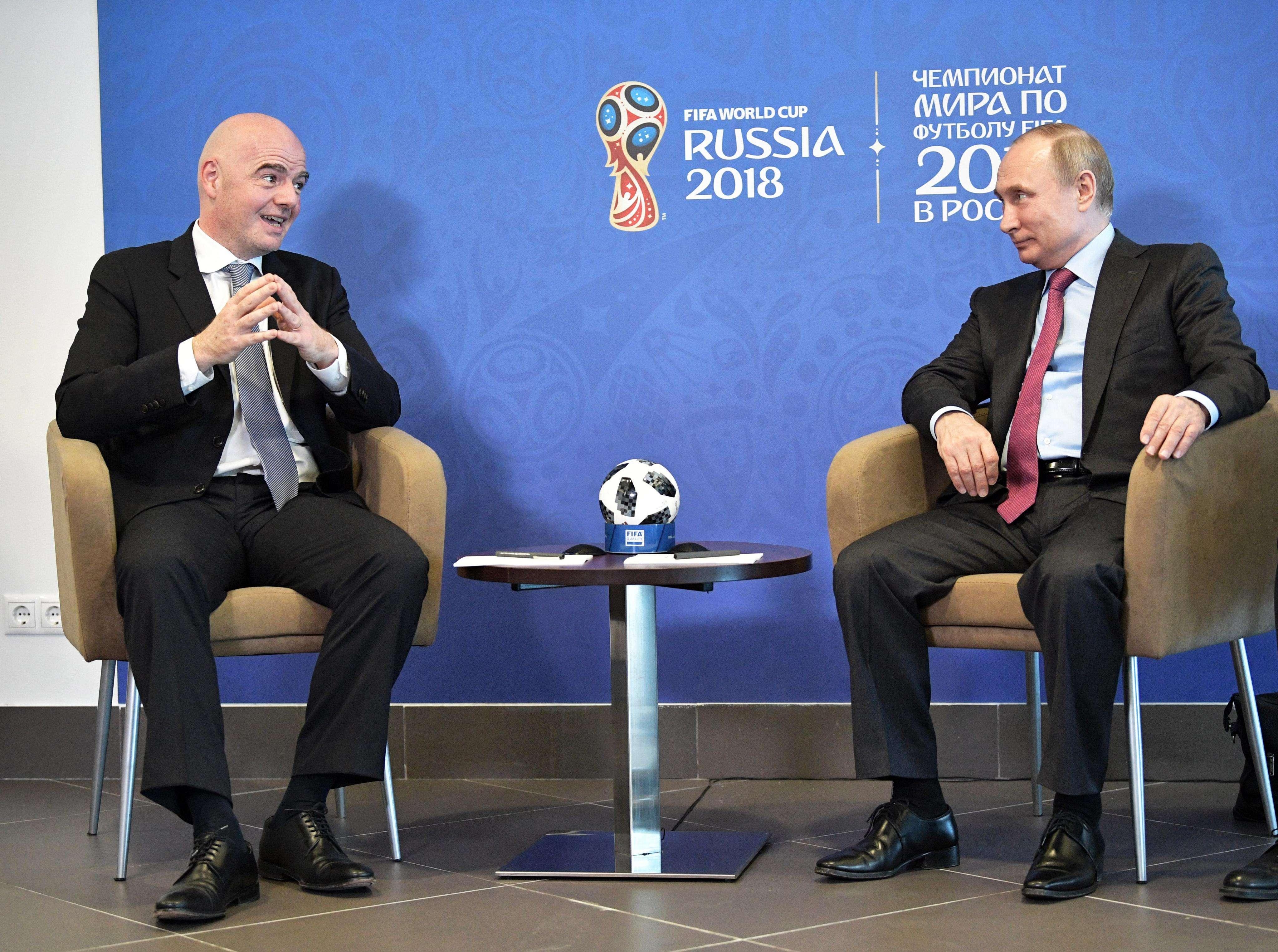 El presidente de Rusia, Vladímir Putin (d), y el presidente de la FIFA, Gianni Infantino (i), participan en una reunión de la Junta Supervisora para la organización del Mundial de Rusia 2018 en Sochi./ EFE