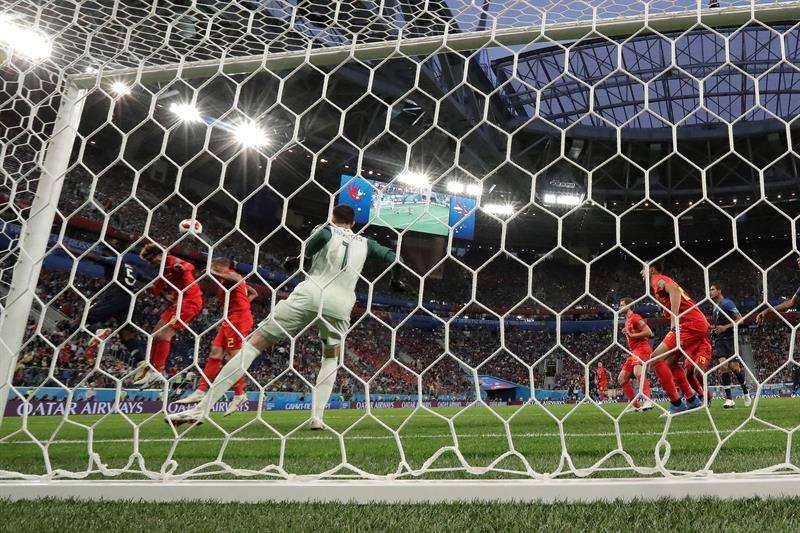El defensa francés Samuel Umtiti marca el 1-0 durante el partido Francia-Bélgica, de semifinales del Mundial de Fútbol de Rusia 2018, en el Estadio de San Petersburgo. Foto EFE