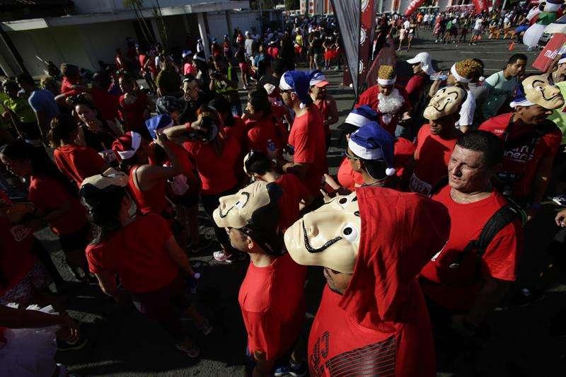 Decenas de personas participan hoy, en una carrera benéfica ambientada en las celebraciones navideñas, en Ciudad de Panamá. EFE