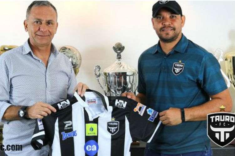 Saúl Maldonado (izq.) durante la presentación con su nuevo equipo, el Tauro FC. Foto: Tauro FC