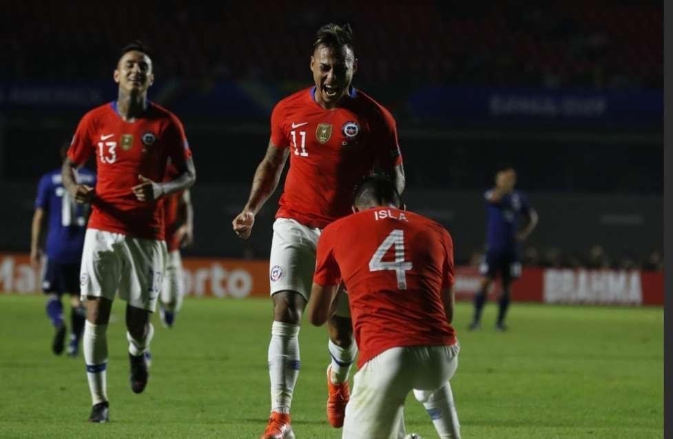 Los chilenos festejan una de sus anotaciones. /AP