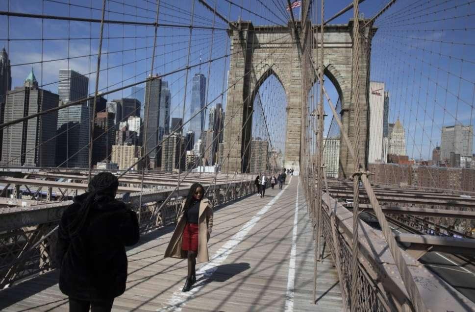 El puente de Brooklyn con muy pocos visitantes / AP