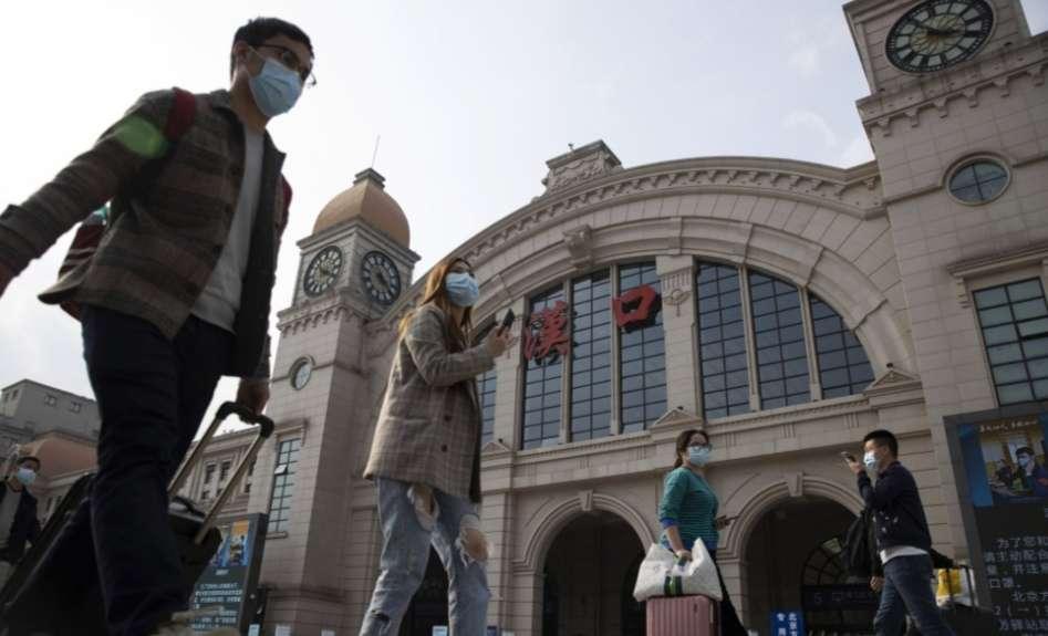 Las calles de Wuhan empiezan a cobrar vida. /AP