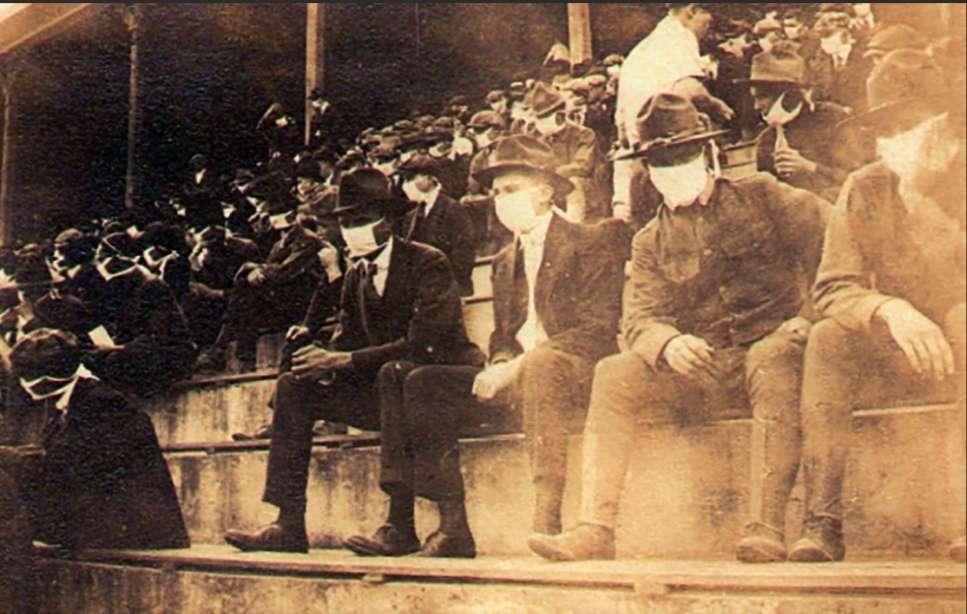 Público con mascarillas durante un partido entre equipos universitarios en 1918./ AP