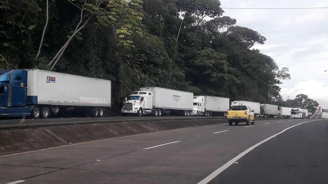 Una larga fila de transportes de carga se observa en la zona fronteriza.