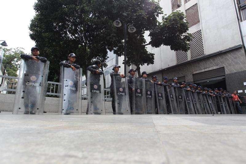 Agentes de las Fuerzas Bolivarianas bloquean el acceso a la sede de la Asamblea Nacional, en Caracas (Venezuela). EFE