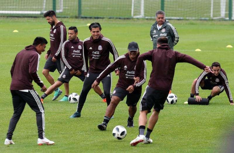 La selección de México cambió el que será su escenario habitual de entrenamientos en Rusia debido al imperativo de la FIFA de abrir algunas prácticas al público. Foto EFE