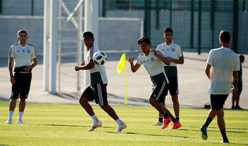 Héctor Herrera (i), Jesús Gallardo (2i), Erick Gutiérrez (2d) y Raúl Jiménez (d), de México, durante un entrenamiento del equipo en las instalaciones del FC Urales. Foto EFE