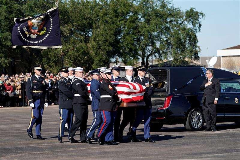 Varios oficiales cargan con los restos mortales del ex presidente estadounidense, George H.W. Bush, en Ellington Field, Houston, Texas (Estados Unidos). EFE