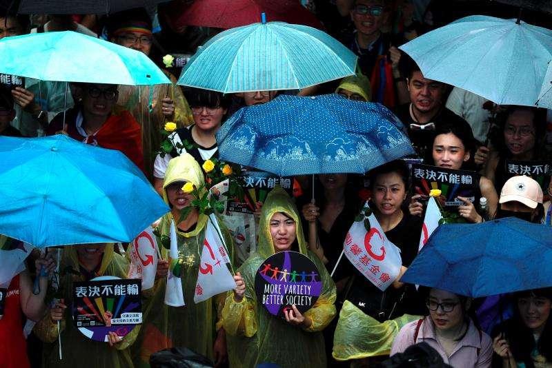 Simpatizantes del matrimonio de parejas del mismo sexo se reúnen fuera del Parlamento durante un debate para su aprobación como ley este viernes, en Taipei (Taiwán).EFE