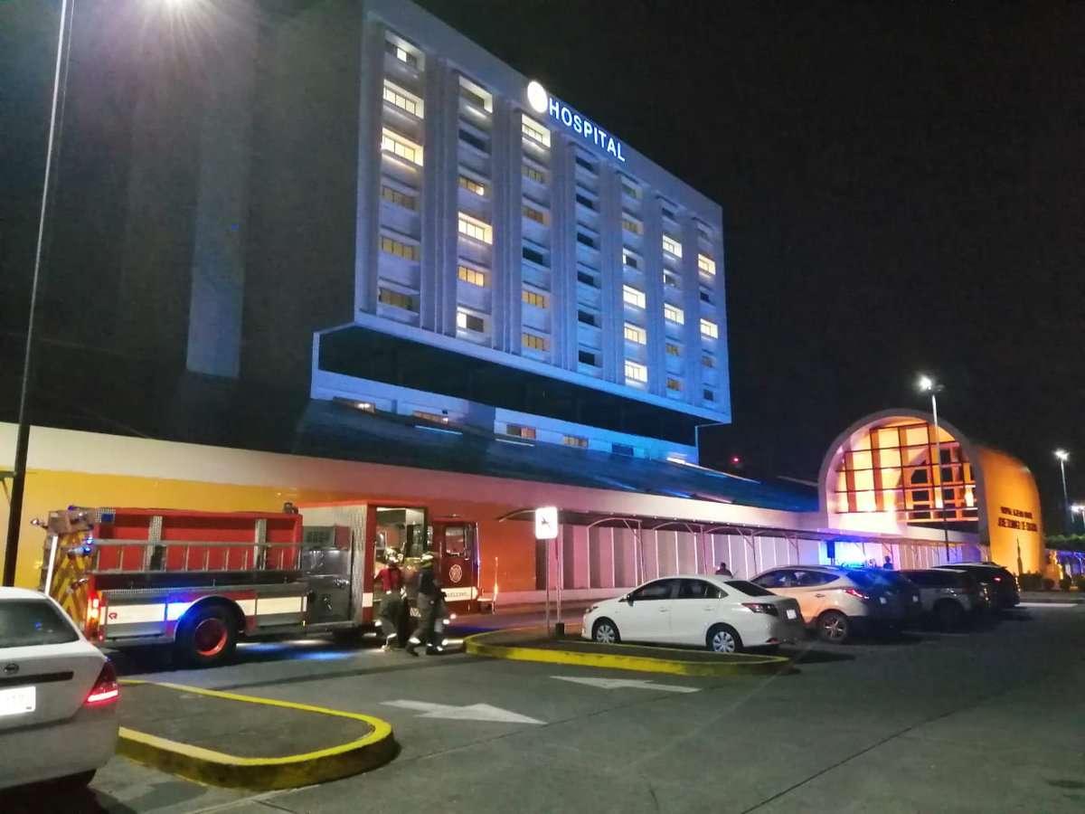 Unidades del Cuerpo de Bomberos evaluaron las instalaciones del Hospital José D. Obaldia, en Chiriquí tras el sismo. Foto: @BCBRP