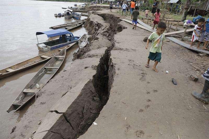 Un niño camina cerca de una grieta en el suelo, causada por un terremoto de magnitud 7,5 en la escala de Richter este domingo, en Puerto Santa Gema, en la ciudad amazónica de Yurimaguas (Perú). EFE