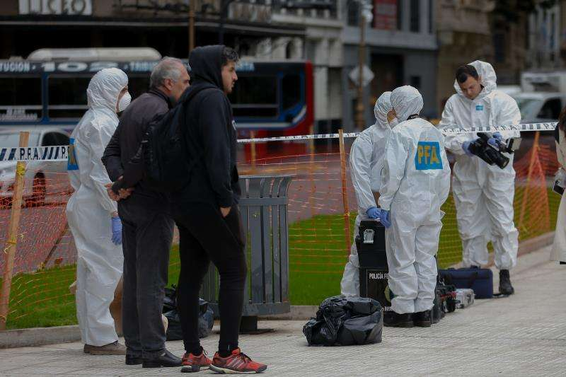 Miembros de la Policía Federal Argentina trabajan cerca del Congreso de la Nación, donde fue atacado el diputado argentino Héctor Olivares, de la Unión Cívica Radical (UCR), que forma parte del oficialismo, este jueves en Buenos Aires (Argentina). EFE