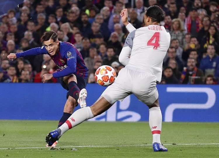 Philippe Coutinho ensaya un disparo en el partido de ida ante el Liverpool./ Foto AP